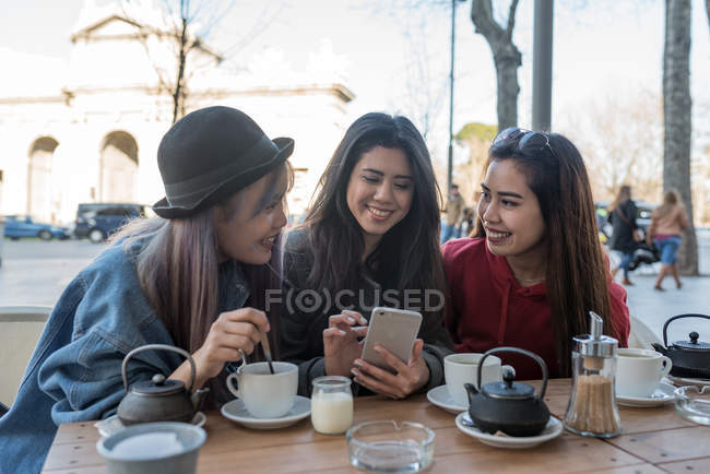 Amici di sesso femminile in un caffè a Madrid, Spagna — Foto stock