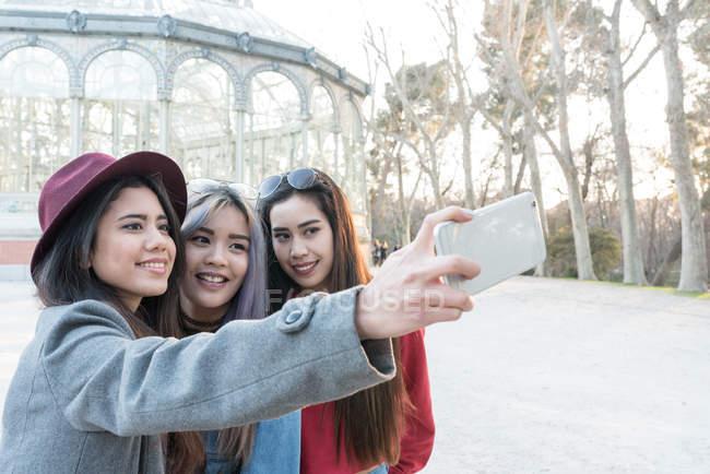 Amigos tomando selfie en Retiro Parque de Madrid, España - foto de stock
