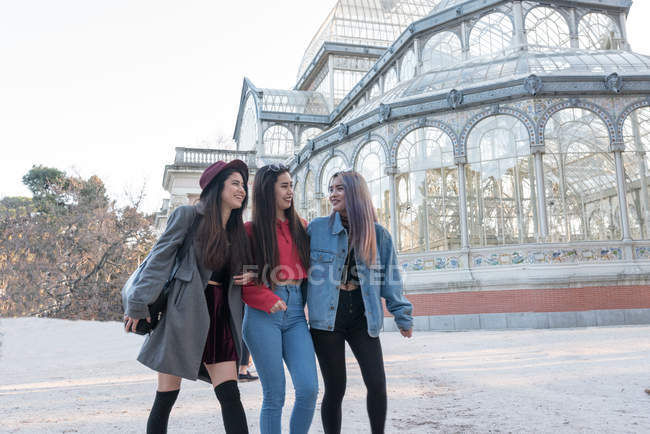 Jóvenes disfrutando del Palacio de cristal en Parque Retiro Madrid - foto de stock