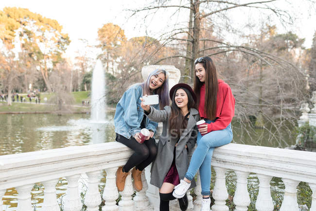 Mujeres felices que selfie en Retiro Parque de Madrid, España - foto de stock