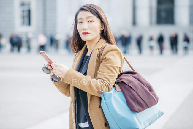 Mulher chinesa com smartphone em Madrid, Espanha — Fotografia de Stock