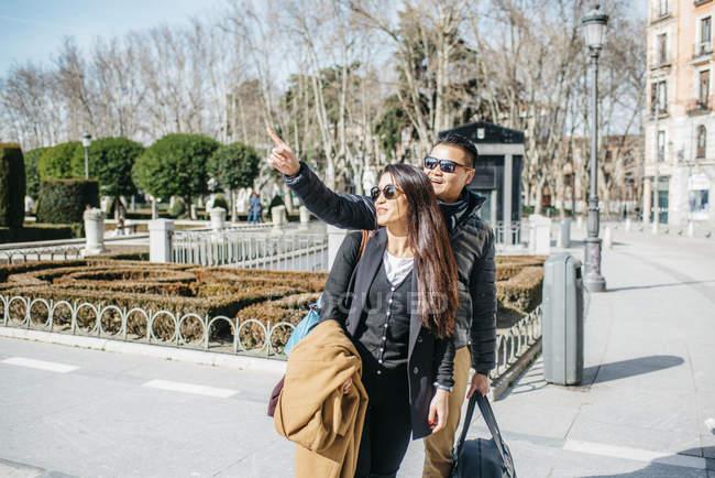 Pareja China alrededor de Palacio real, España - foto de stock