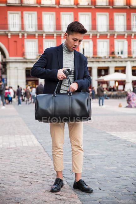 Casual hombre chino joven en Plaza Mayor en Madrid, España - foto de stock