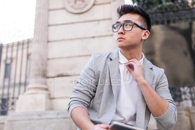 Портрет задумчивого китайского бизнесмена, смотрящего в сторону, Испания — стоковое фото