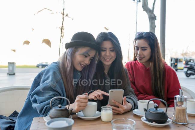 Tre giovani donne in un caffè a Madrid, Spagna — Foto stock