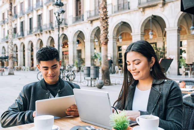 Glückliches junges asiatisches Touristenpaar auf dem Tablet in Barcelona, Spanien — Stockfoto