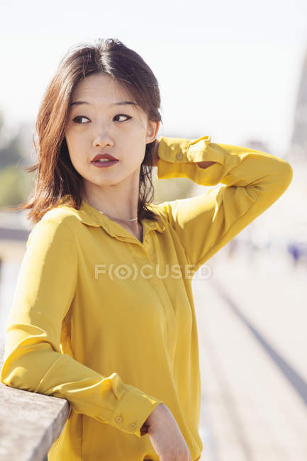 Portrait of asian woman posing on bridge - foto de stock
