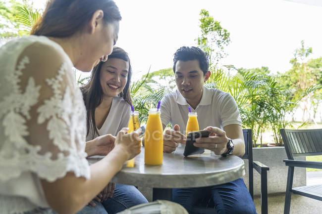 Друзья догоняют друг друга в кафе . — стоковое фото