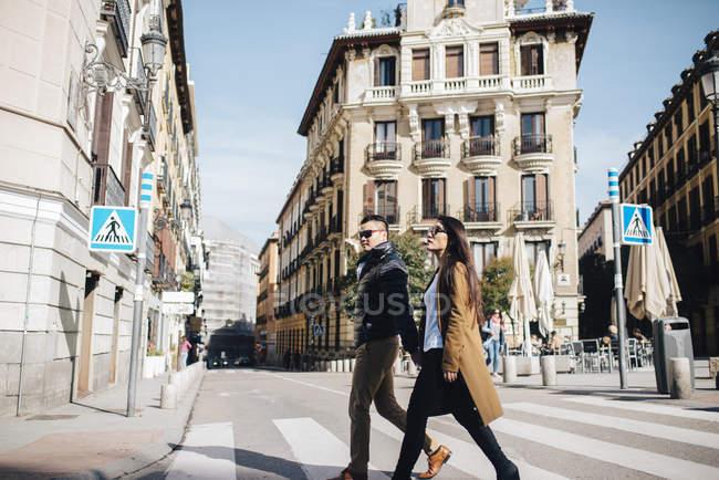Pareja asiática chino en Plaza de Ramales en Madrid, España - foto de stock