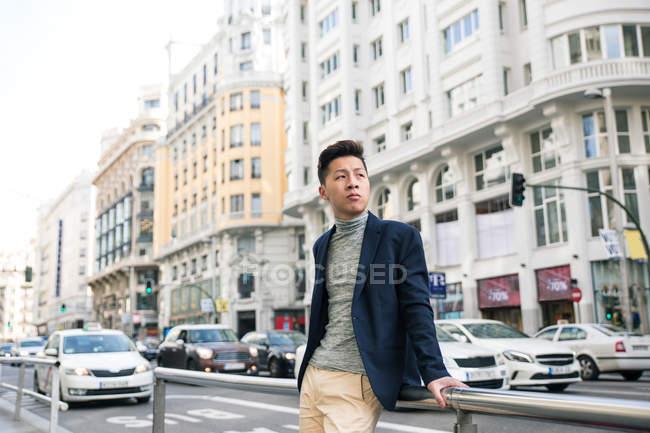 Casual hombre chino joven en Gran Vía, Madrid, España - foto de stock