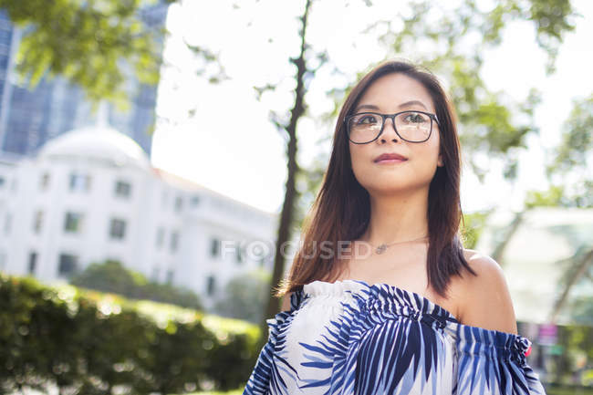 Pretty Asian Girl With Glasses In The Street — Stock Photo