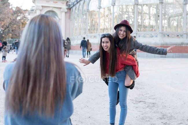 Amigos tomando fotos en Retiro Parque de Madrid, España - foto de stock