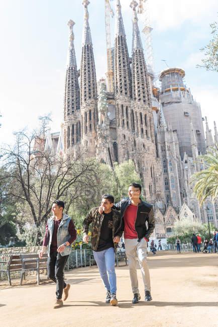 Buoni turisti indiani in visita alla Sagrada Familia a Barcellona Spagna — Foto stock