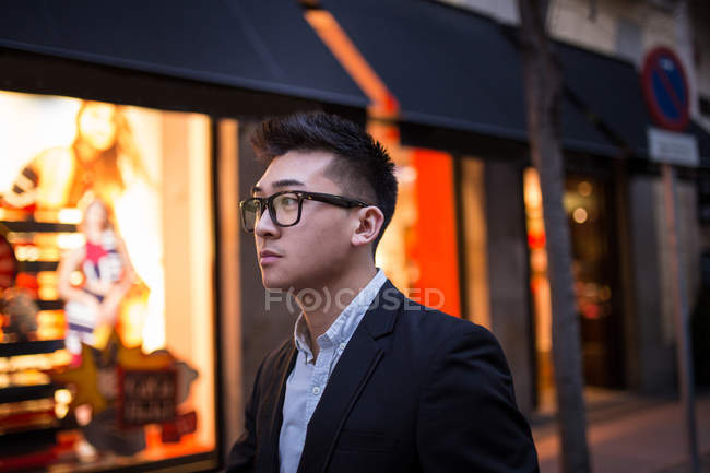 Portrait of a smart Chinese businessman in the street, Spain - foto de stock