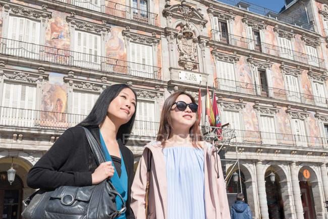 Mulheres asiáticas de férias em Madrid, Espanha — Fotografia de Stock