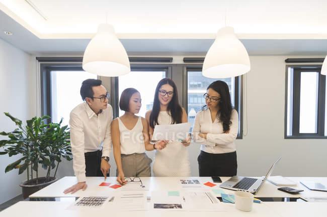 Група обговорення колег у сучасні офісні — стокове фото