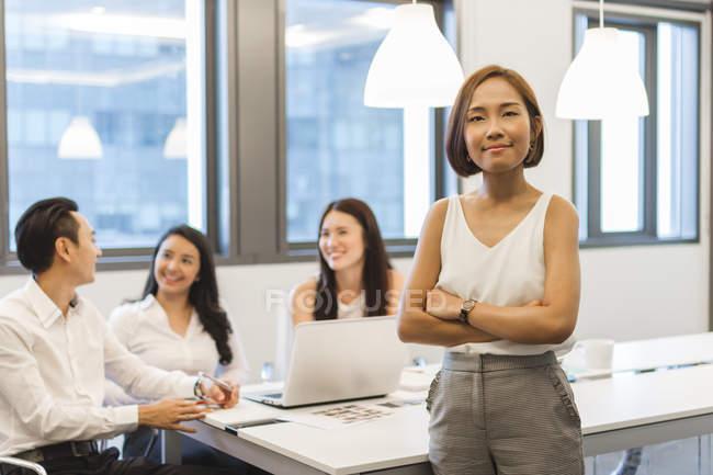 Portrait de jeune femme en salle de conférence — Photo de stock