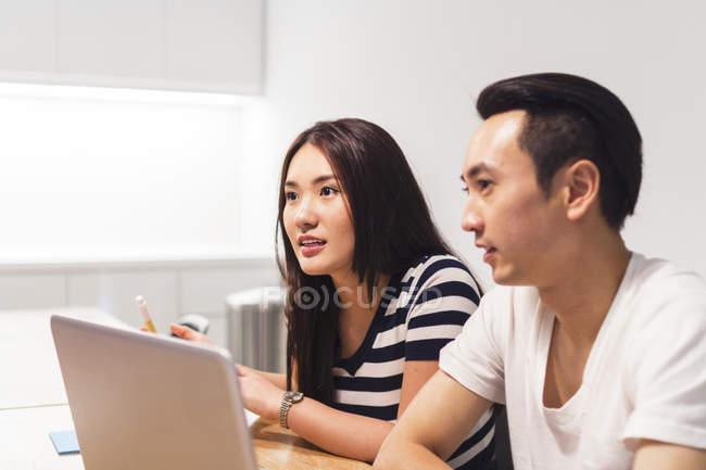 2 коллег обсуждения работы в среде запуска в современном офисе — стоковое фото