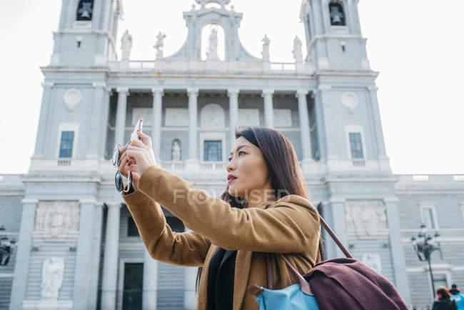 Mujer de Madrid tomando una selfie, España - foto de stock