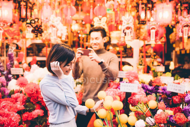 Happy asian couple celebrating Chinese New Year in city — Stock Photo