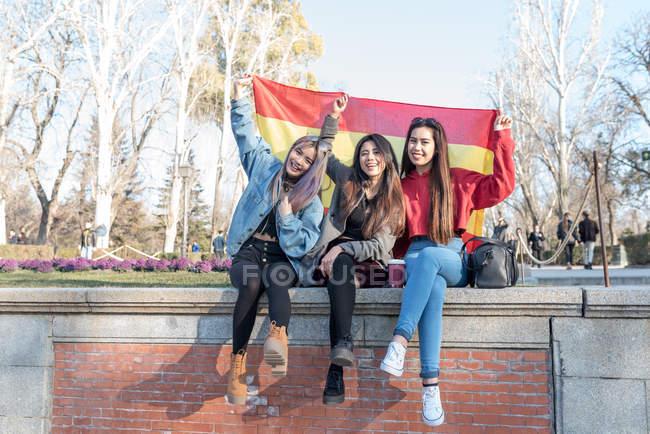 Жінки з іспанський прапор у Ретіро парк Мадрид, Іспанія — стокове фото