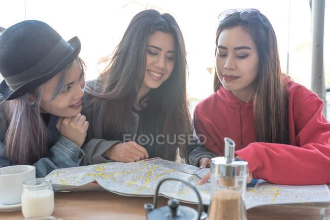 Три молодые женщины в Мадриде во время отпуска, Испания — стоковое фото