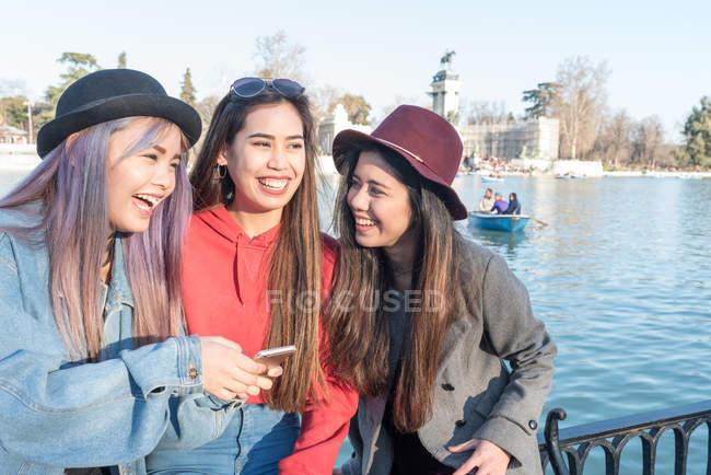 Mujeres que se divierten en Retiro Parque de Madrid, España - foto de stock