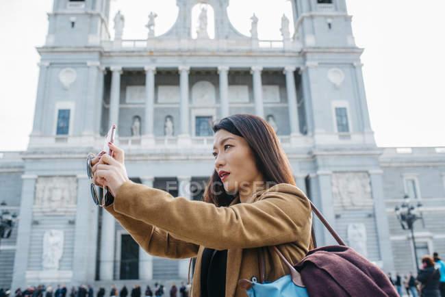 Mujer de Madrid tomando una selfie, Madrid, España - foto de stock