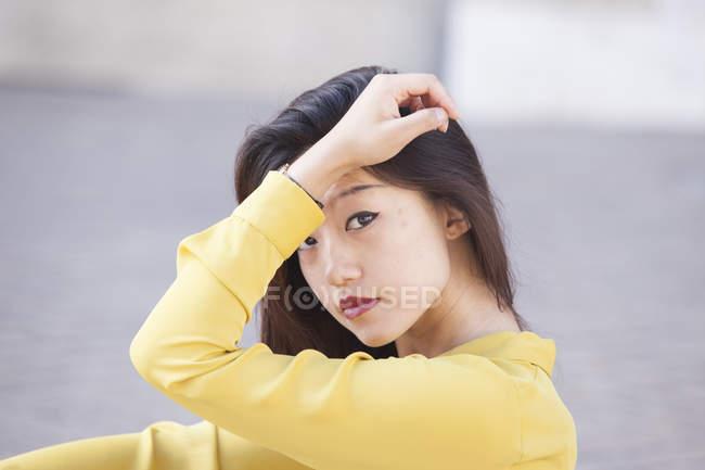 Ritratto di donna cinese esamina la macchina fotografica — Foto stock