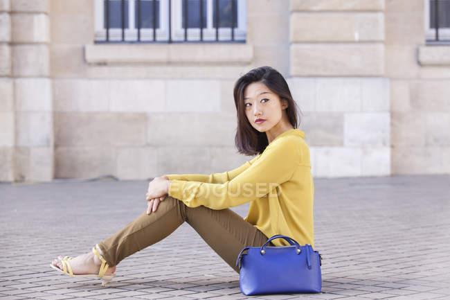 Молодая женщина во Франции позирует перед камерой — стоковое фото