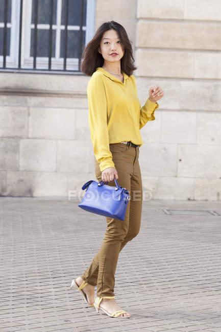 Китайская девушка позирует со своей сумочкой — стоковое фото