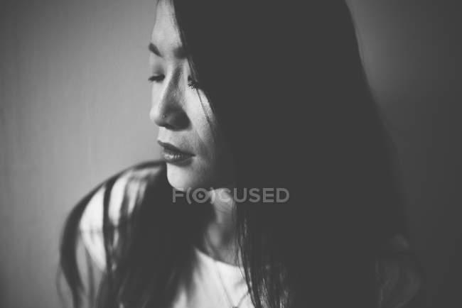 Attraente asiatico donna ritratto monocromatico — Foto stock
