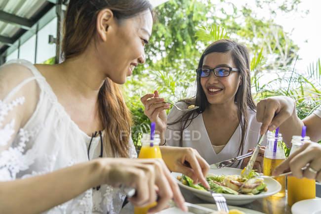 Un groupe d'amis apprécient leur repas . — Photo de stock