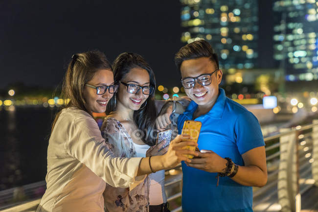 Групи друзів, приймаючи на Selfie в міських міста — стокове фото