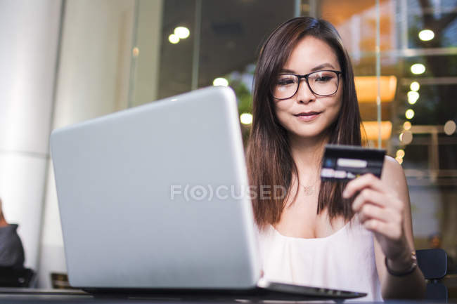 Pretty Asian Girl Making A Transaction On Her Laptop. — Stock Photo