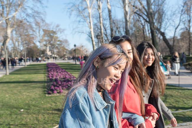 Amigos paseando por el Retiro Parque de Madrid, España - foto de stock