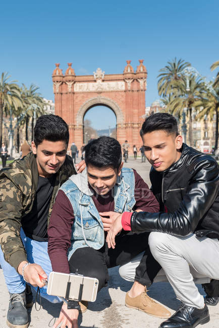 Indian Tourists taking selfie in Arc of triumph in Barcelona Spain — Stock Photo