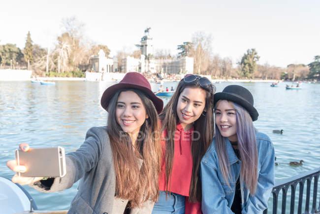 Philippine women taking photos and selfie in Retiro Park Madrid, Spain — Stock Photo