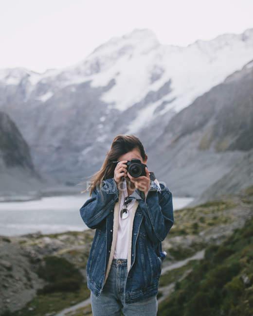 Giovane fotografa al Milford Sound, Nuova Zelanda — Foto stock