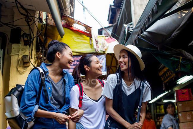 Подружки веселитимуться покупки вуличної їжі в китайському кварталі, Таїланд — стокове фото