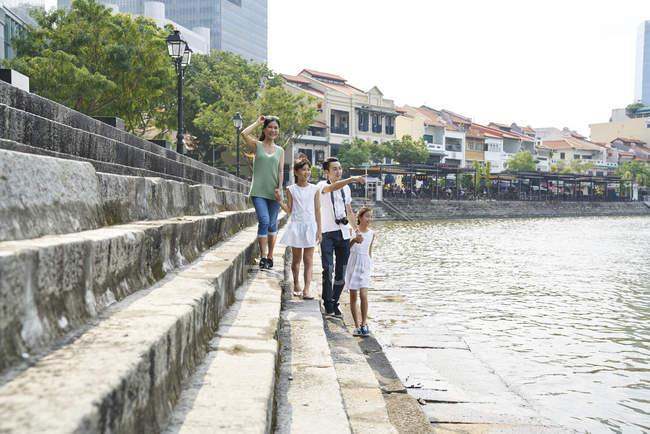 Famiglia esplorare Boat Quay, Singapore — Foto stock