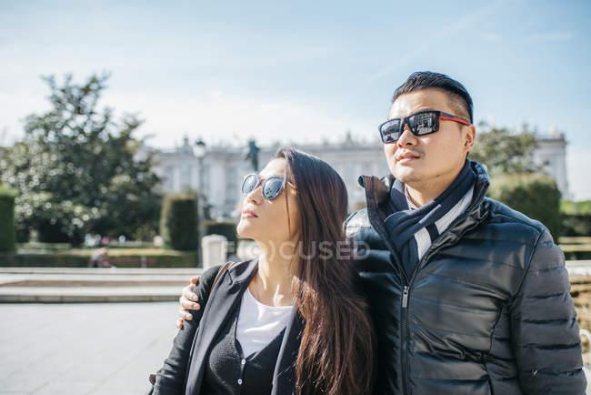 Turismo chino paseando por la almudena ana palacio real en Madrid, España - foto de stock