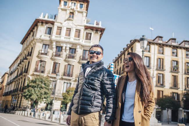 Китайська пара ходити Plaza Ramales, Іспанія — стокове фото