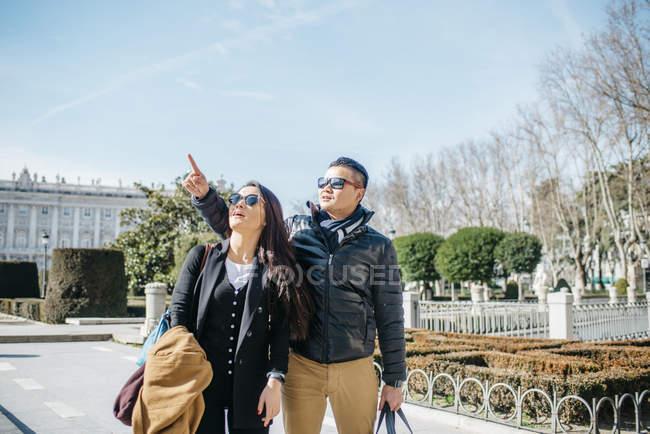 Turísticos de luna de miel Asia China caminando la almudena ana palacio real en Madrid, España - foto de stock