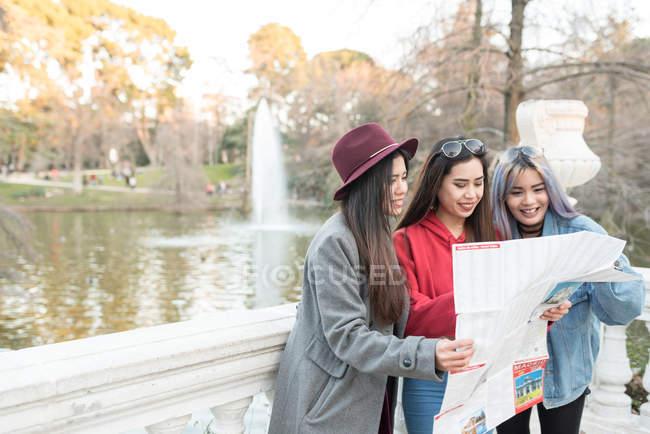 Жінки, дивлячись на карту Мадрида, поруч із парком Ретіро озеро Мадрид, Іспанія — стокове фото