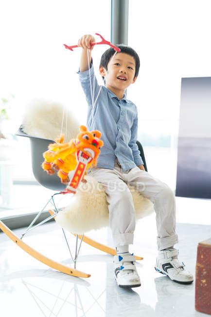 Niedlich wenig asiatisch junge spielend mit spielzeug — Stockfoto