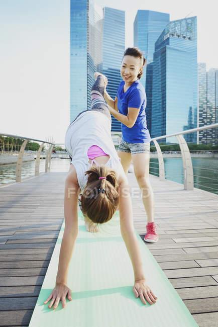 Due donne sportive che si allenano all'aperto — Foto stock