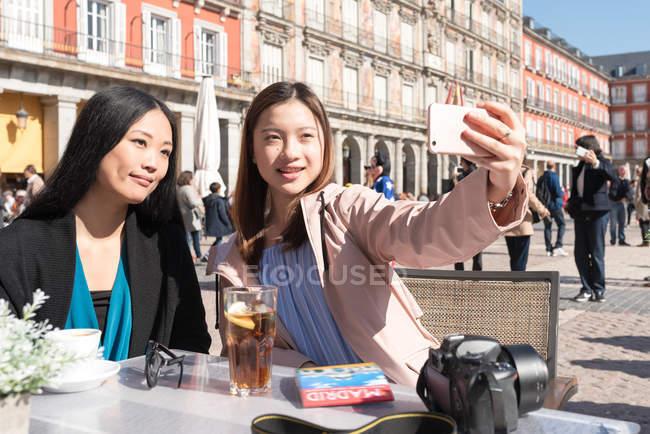 Asiatische Frauen, die ein Selfie in Madrid, Spanien — Stockfoto