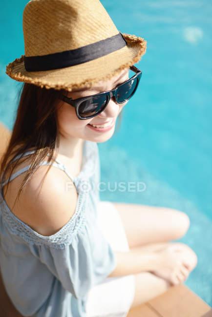 Прекрасна молода азіатка відпочиває біля басейну. — стокове фото