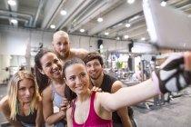 Спортсмены делают селфи в тренажерном зале — стоковое фото